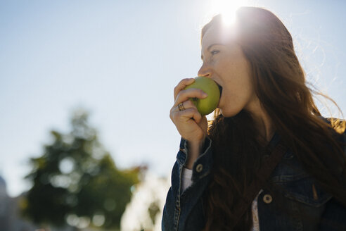 Woman biting into an apple - GIOF000500