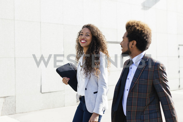 Two smiling young business people outdoors - EBSF001083 - Bonninstudio/Westend61