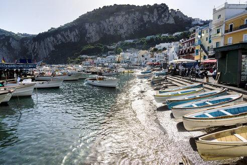 Italy, Capri, View of harbour Marina Grande - WE000409