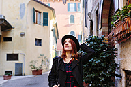 Italy, Verona, young woman in the city looking around - GIOF000538