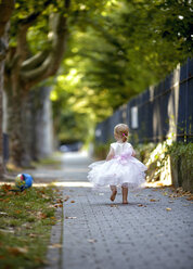 Back view of blond little girl wearing tulle dress - NIF000059