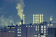 Germany, Bavaria, Burghausen, industrial area at night - HAMF000097