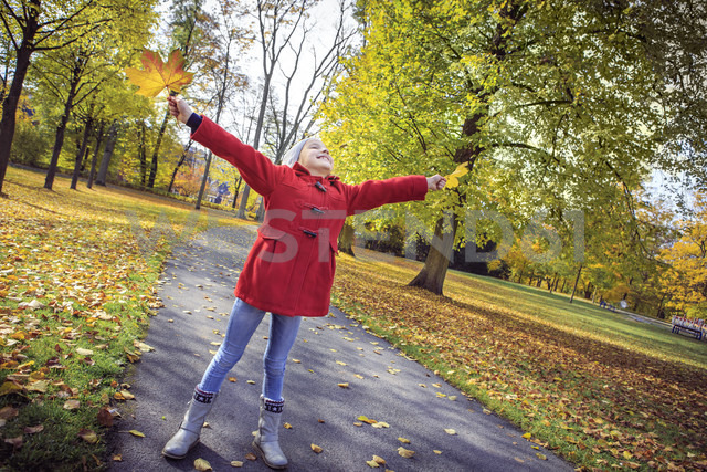 Happy girl in autumnal park - VTF000483 - Val Thoermer/Westend61