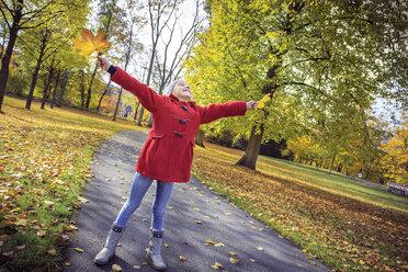Happy girl in autumnal park - VTF000483
