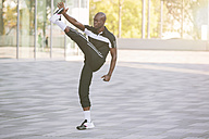 Athlete doing stretching exercises - MADF000591