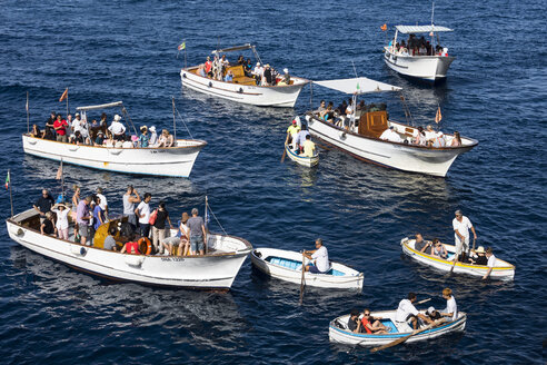 Italy, Capri, boat with tourists waiting before Blue Grotto - WE000419