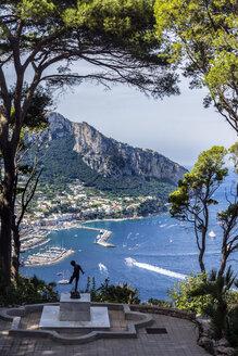Italy, Capri, statue in garden of Villa Lysis - WE000422