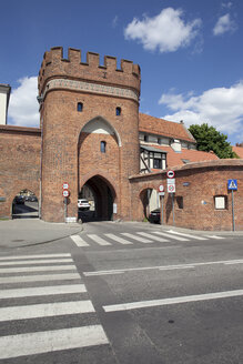 Poland, Torun, view to medieval town gate and city wall fortification - ABOF000049