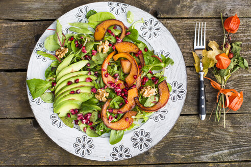 Autumnal salad with squash, pomegranate seeds, avocado and walnuts - SARF002315