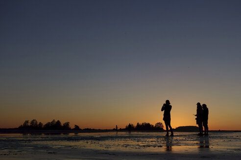 Canada, Vancouver Island, Longbeach, People photographing sunset - TM000057