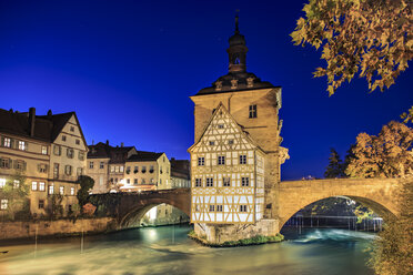 Germany, Bavaria, Franconia, Bamberg, View of old city hall over Regnitz river at night - VT000489