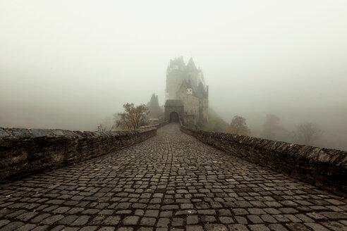 Germany, Rhineland-Palatinate, Eltz Castle in fog - HC000159