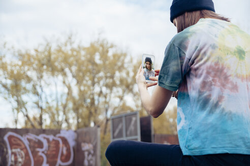 Young woman at skatepark taking a selfie - ZEDF000017