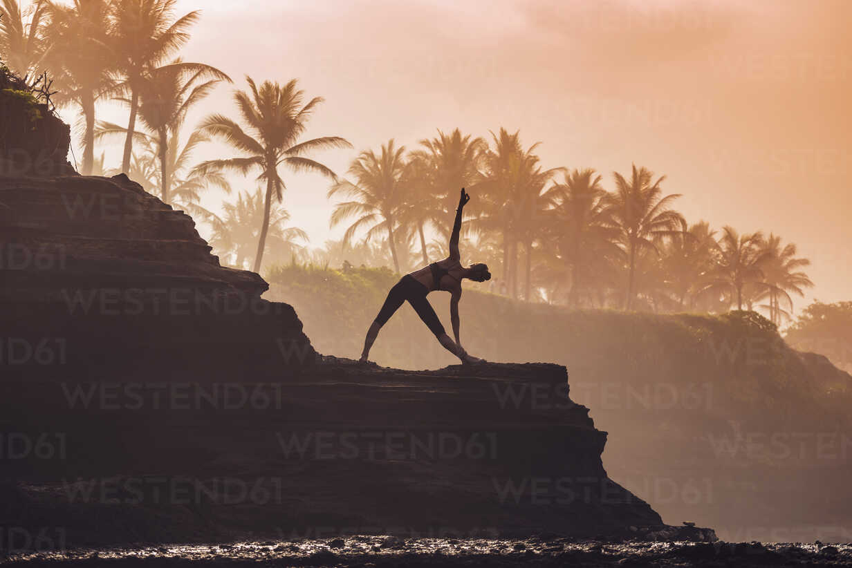 Indonesia, Bali, woman practising yoga at the coast at twilight - KNTF000195 - Konstantin Trubavin/Westend61