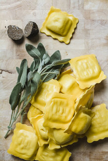 Homemade ravioli filled with black truffle and sage - FLF001238