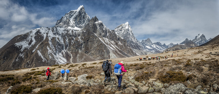 Nepal, Himalayas, Khumbu, Everest Region, Taboche, Mountaineers crossing mountains - ALR000193