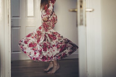 Young woman in floral dress moving on the floor - MAUF000128