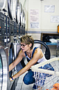 Blond woman in a laundry - GIO000574