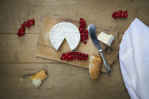 Camembert, bread and red currants on wood - LVF004240