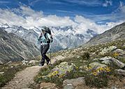 Switzerland, Valais, Wiwannihorn, female mountaineer - ALRF000207