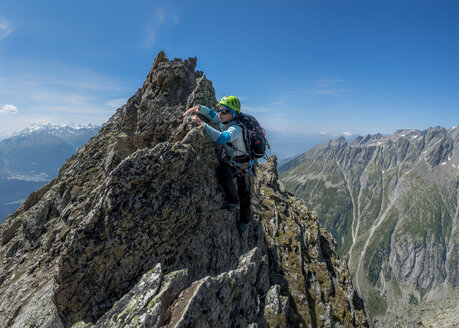 Switzerland, Valais, Wiwannihorn, female mountaineer - ALRF000216