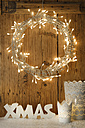 White Christmas decoration with lighted Advent wreath in front of wooden wall - LBF001303