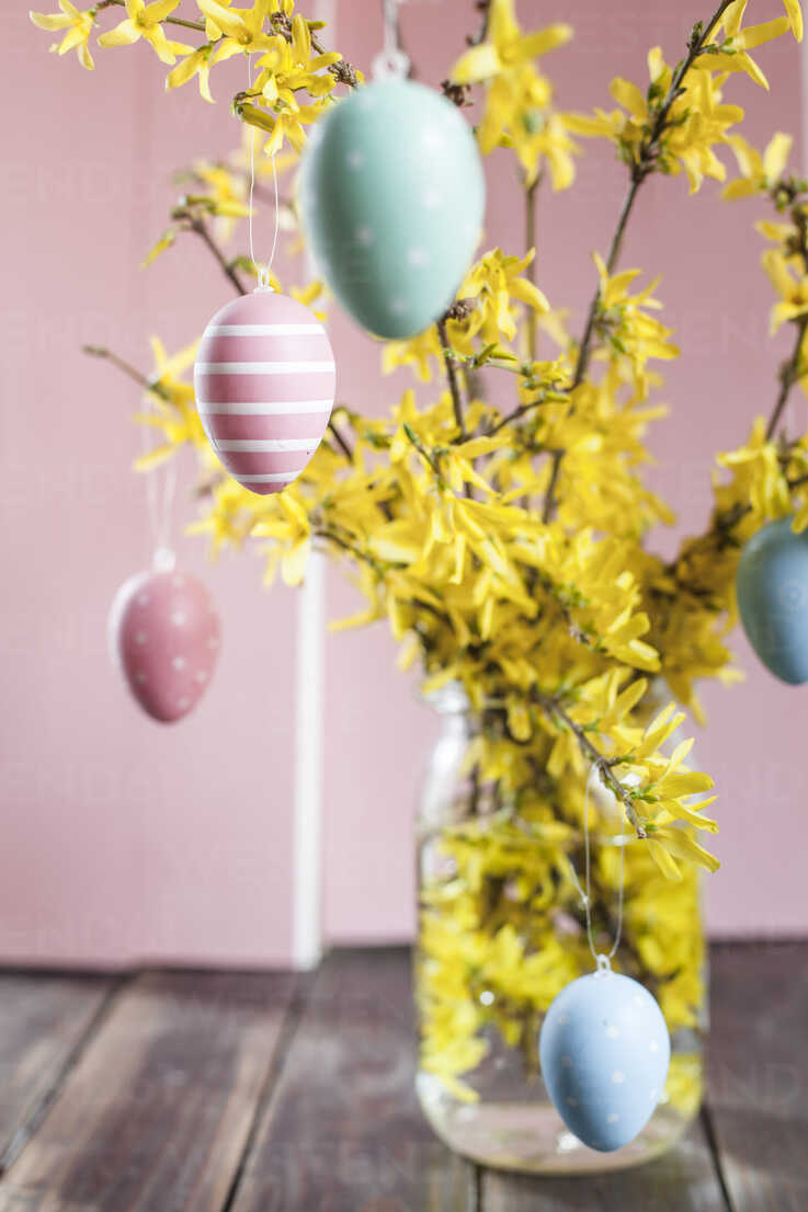 Bunch of Forsythia and colourful Easter eggs - SBDF002557 - Susan Brooks-Dammann/Westend61
