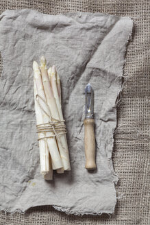 Bunch of white asparagus and peeler - SBDF002566