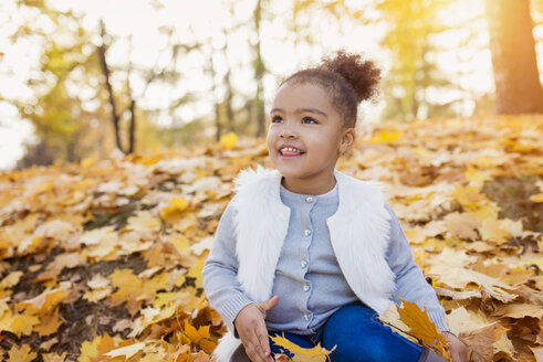 Little girl playing in autumn park - HAPF000001