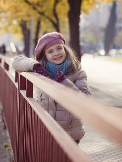 Smiling girl in winter clothing - XCF000041