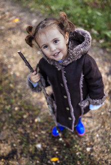 Portrait of smiling little girl in autumn looking up to the camera - MGOF001162
