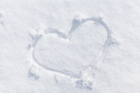 Heart carved in snow - BZF000274
