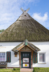 Germany, Bresewitz, one-family house with thatched roof - SIE006891