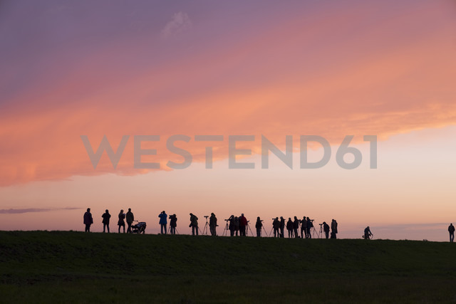 Germany, Zingst, silhouettes of birdwatchers at Barther Bodden in evening twilight - SIE006897 - Martin Siepmann/Westend61