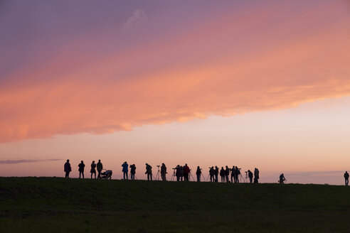 Germany, Zingst, silhouettes of birdwatchers at Barther Bodden in evening twilight - SIE006897
