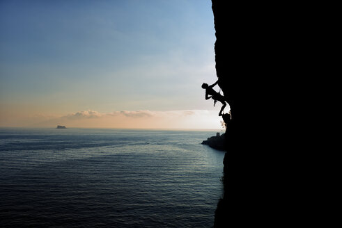 Malta, Arlapsi, rock climber in the evening - ALRF000269