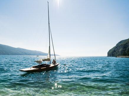 Italy, Lake Garda, Sailing boat at Porto di Tignale - GS001056