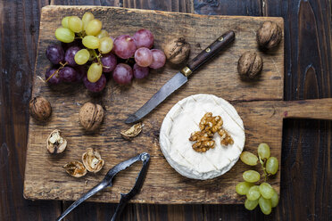 Wooden board with camembert, walnuts and grapes - SBDF002572