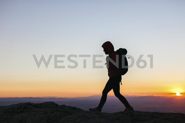 Spain, Catalunya, Girona, woman hiking at sunrise - EBSF001169 - Bonninstudio/Westend61