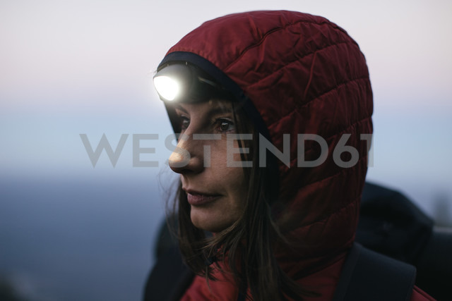 Female hiker wearing headlamp at twilight - EBSF001172 - Bonninstudio/Westend61