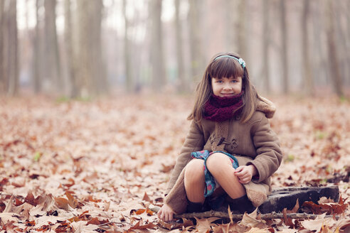 Young girl sitting in park, autum - XCF000047