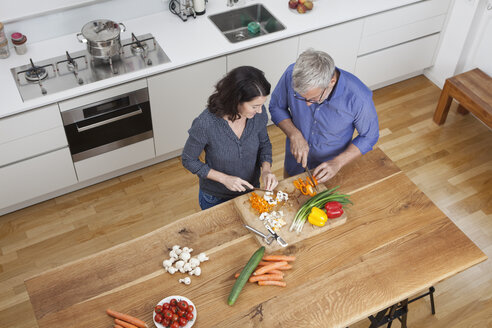 Mature couple preparing vegetables in kitchen - RBF003731