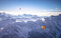 Austria, Salzkammergut, Hot air ballons over alps - STC000101