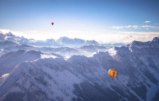 Austria, Salzkammergut, Hot air ballons over alps - STC000101