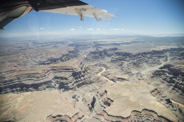 USA, Arizona, Grand Canyon, wing of airplane - STCF000107