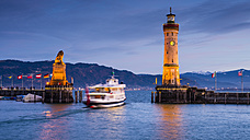 Germany, Bavaria, Lindau, Lake Constance, Harbour entrance with bavarian lion, ship in the evening - WGF000797