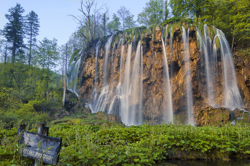 Croatia, Plitvice Lakes National Park, Waterfall - LOMF000162