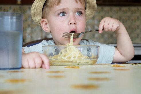 Portrait of little boy eating spaghetti - ABAF001966