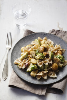 Dish of Brussels sprouts with sweet chestnuts and whole-grain noodles - EVGF002575