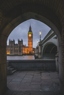 United Kingdom, England, London, Westminster Bridge und Westminster Palace in the evening - KEBF000326